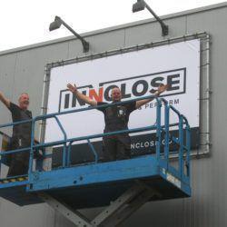Montage nieuwe Innclose logo op achtergevel